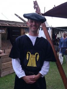 Jesper Wasling i egen vapenrock på medeltidsdagarna i Kungahälla 2011. Foto: Marko Arosilta
