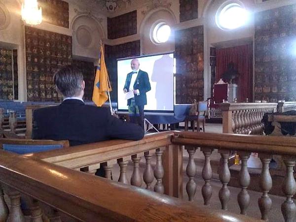 Henrik Degerman föreläser i Riddarhuset 2013. SB i förgrunden.