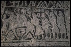 Detalj från runstenen i Tängelgårda med den gironerade skölden