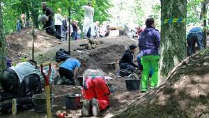 Utgrävningsschakt på södra sidan av kyrkan. Foto: Göteborgs universitet.