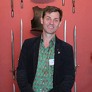 Jesper Wasling i stilenlig heraldisk skjorta