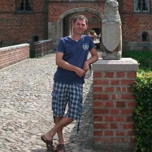 Jesper utanför Rosenholms slott, Jylland i Danmark. Foto: Loke Wasling