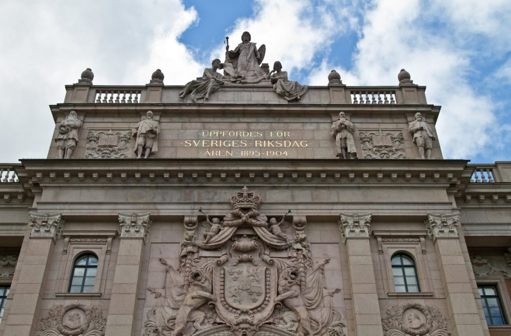 Vapenskölden ovanför ingången till Riksdagshuset. v