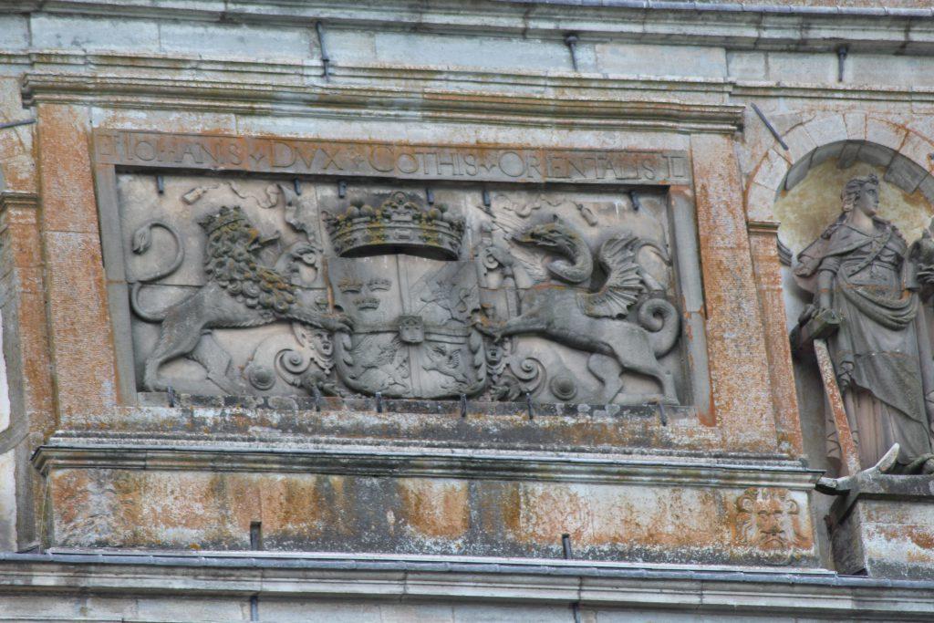 Hertig Magnus vapen på Vadstena slotts fasad.