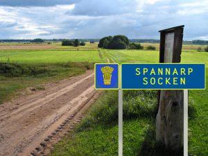 En skylt som markerar sockengräns, med ett heraldiskt vapen såklart. Collage: Stefan Rundström